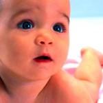Як навчити дитину перевертатися зі спини на живіт?