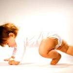 Встаємо рачки: як навчити малюка повзати